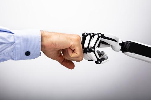 Menschliche Hand Und Roboter Machen Fist Bump Stockfoto und mehr Bilder von Aggression