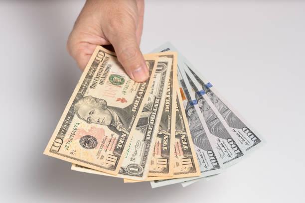 Menschliche Hand geben Geld. – Foto
