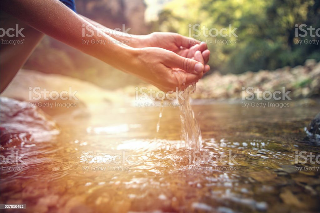 Human hand cupped to catch fresh water from river – Foto