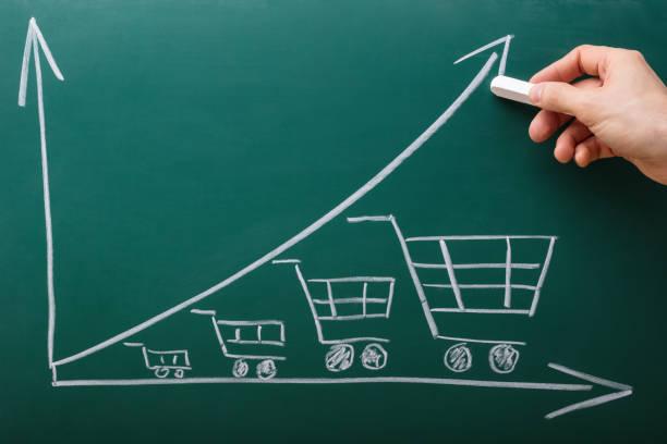 menschliche hand zeichnung graph an tafel - inflation stock-fotos und bilder