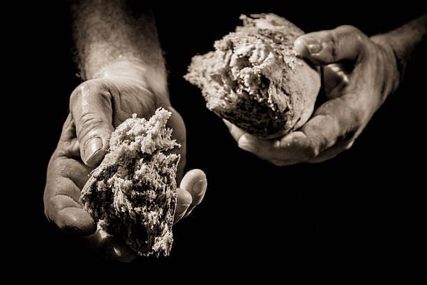 Menschliche Hand, die ein Stück Brot – Foto