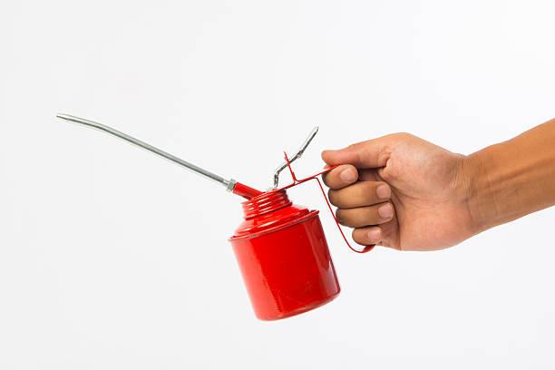 Mano humana sosteniendo un aceite puede - foto de stock