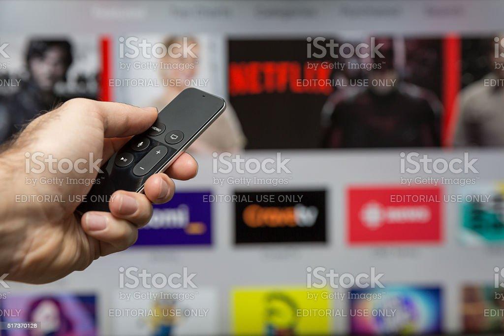Mano umana che tiene il nuovo Apple Tv Siri telecomando foto stock royalty-free