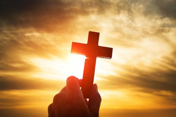 mänsklig hand hålla trä kors - kors bildbanksfoton och bilder
