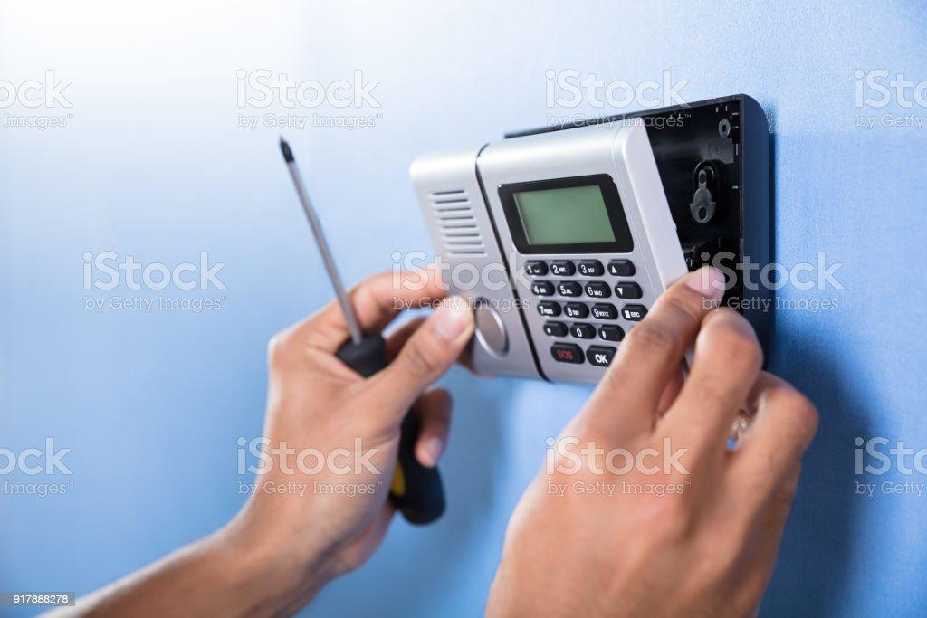 Sistema de segurança de instalação de mão humana - foto de acervo