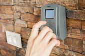 人間の手を押すとセキュリティコード組み合わせのロックを解除