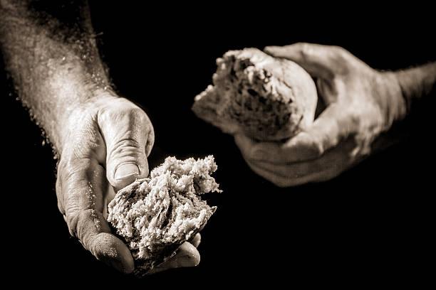 Menschliche hand im mit Brot als wohltätige Aktion – Foto