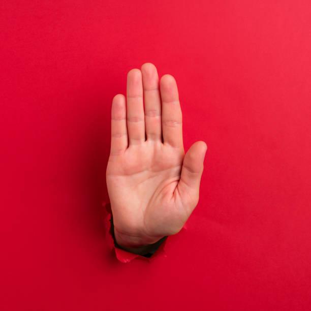 """mano humana mostrando """"muestra de la parada"""" - stop sign fotografías e imágenes de stock"""