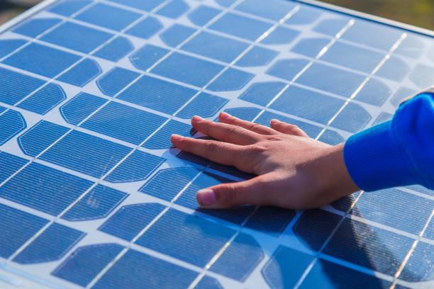 Menschliche Hand berühren ein Solar-panel – Foto