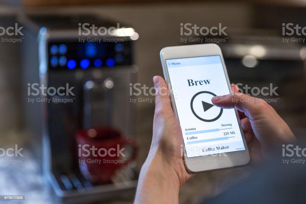 Mänsklig Hand applikationen på mobiltelefon, Smart hem bildbanksfoto