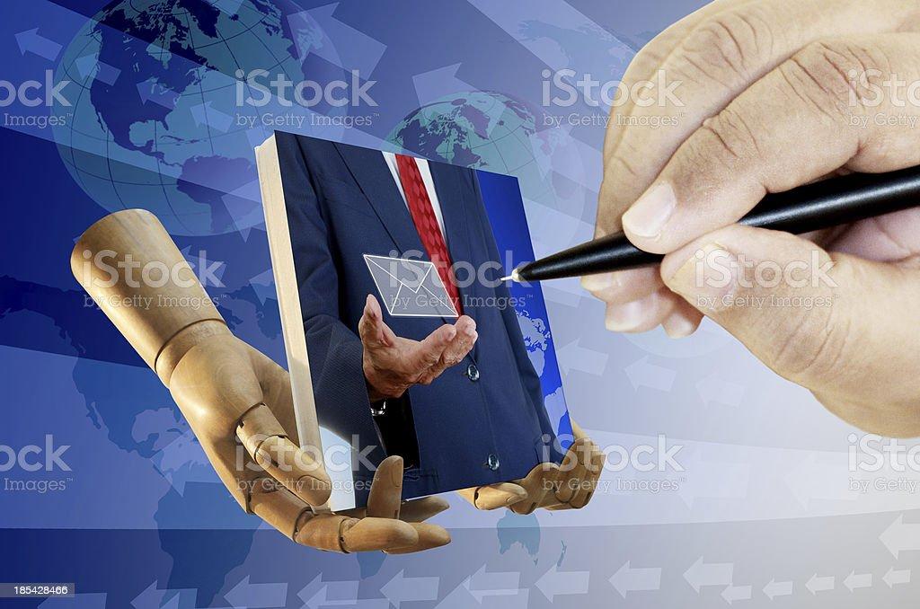 Mão humana na tela de desenho com uma caneta - foto de acervo