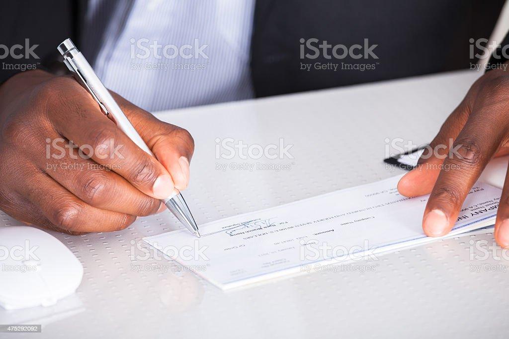 Mano umana scrivere sull'assegno - foto stock