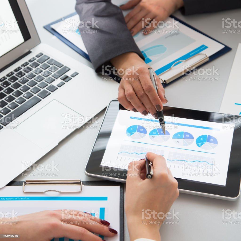 Menschliche Hände während Papierkram im Meetingraum – Foto