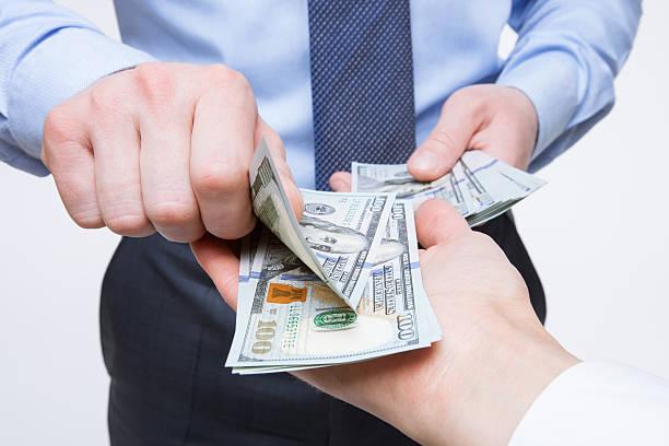 руки человека, меняющий деньги - dollar bill стоковые фото и изображения