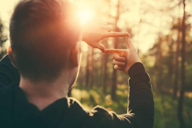 Menschliche Hände entfernten Sonnenstrahlen Gestaltung – Foto