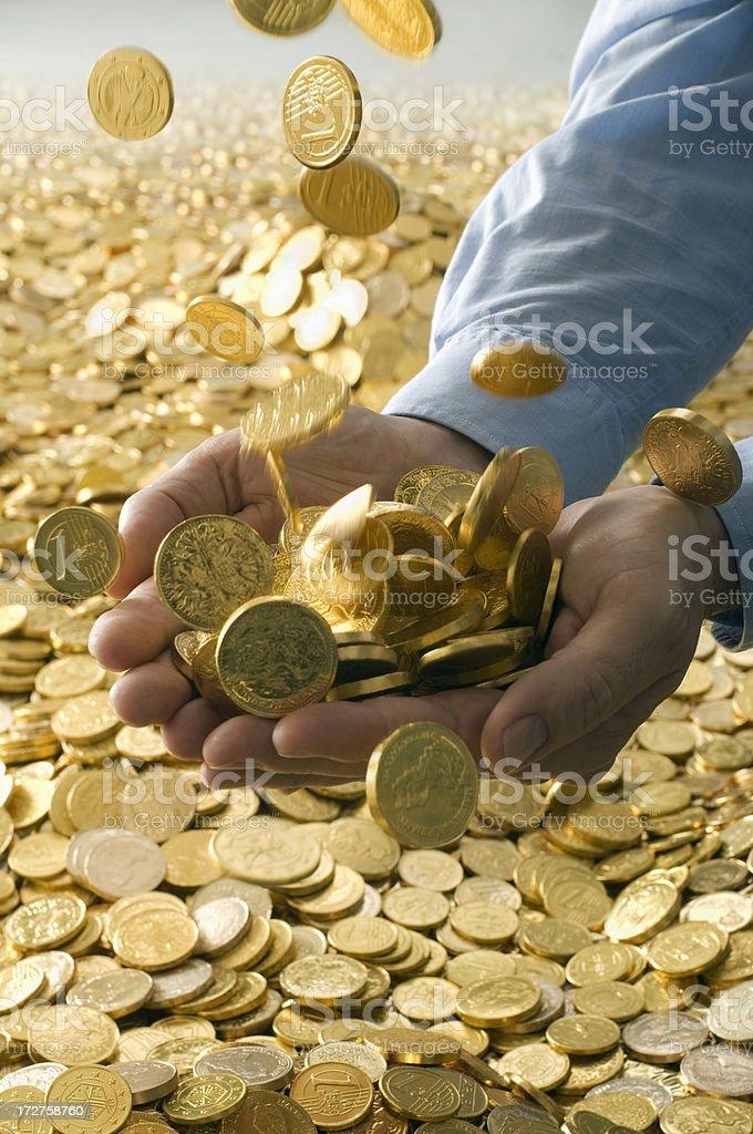 Menschliche Hände voll von goldenen Münzen - Lizenzfrei Bewegung Stock-Foto