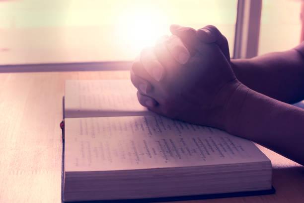 Menschliche Hände auf das Buch. Auf Bibel beten. – Foto
