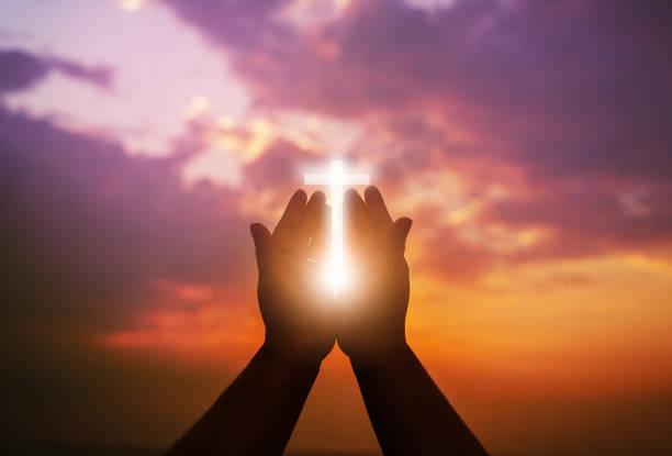 mãos humanas abrem a palma acima da adoração. eucaristia terapia abençoe deus ajudando arrepender católica páscoa quaresma mente orar. - cristianismo - fotografias e filmes do acervo