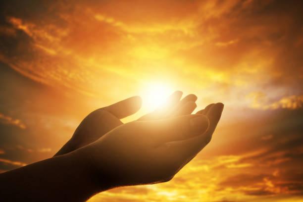 ludzkie ręce otwierają kult dłoni. eucharystia therapy bless god helping repent katolicki wielkanocny wielki umysł modlić. chrześcijańskie tło koncepcyjne. - bóg zdjęcia i obrazy z banku zdjęć