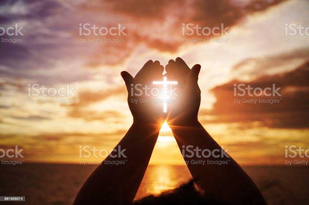 Des mains humaines ouvrent paume vers le haut de culte. Eucharistie thérapie bénir Dieu aidant à se repentir de Pâques catholique prêté esprit prier. Fond de Christian Religion de concept. combats et la victoire de Dieu - Photo