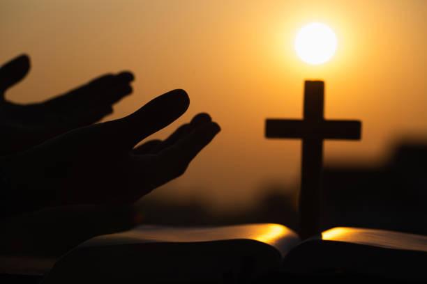 mänskliga händer öppna handflatan upp dyrkan. be till gud. eukaristin therapy välsigna gud hjälpa omvänd katolsk påsk fastan mind be. kristen religion begrepps bakgrund. - hand tänder ett ljus bildbanksfoton och bilder