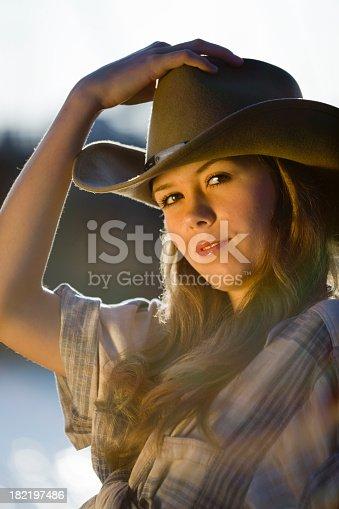 7c44e36aa6f istock Humanos en la naturaleza  Vaquera   sombrero de 10 litros 182197486