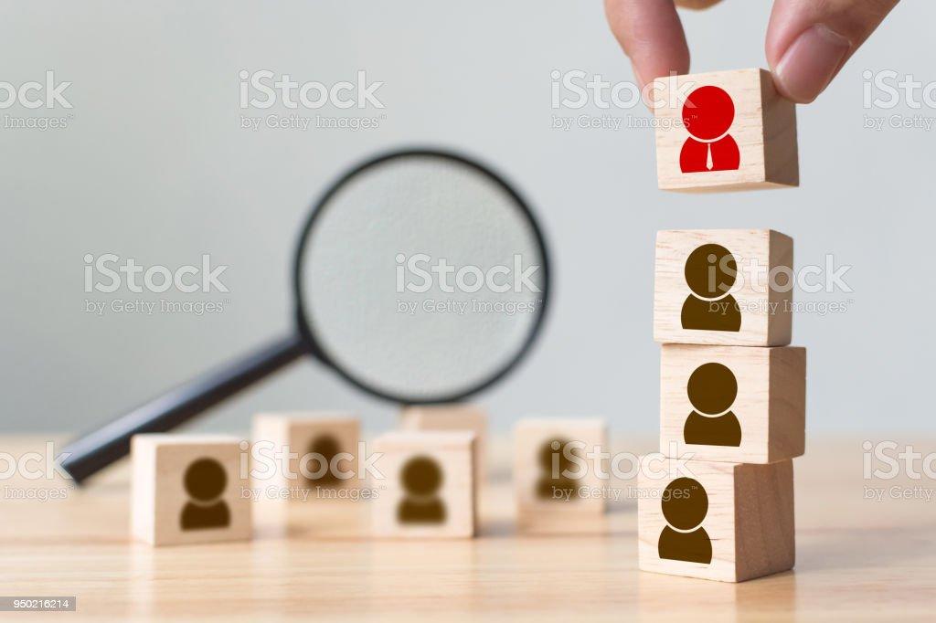 Menschlichen Ressourcen und Talent Management und Recruiting-Geschäftshaus Team, persönliche Entwicklung des Mitarbeiters im Unternehmen. Hand oben, Textfreiraum Holz Würfel Block aufsetzen – Foto