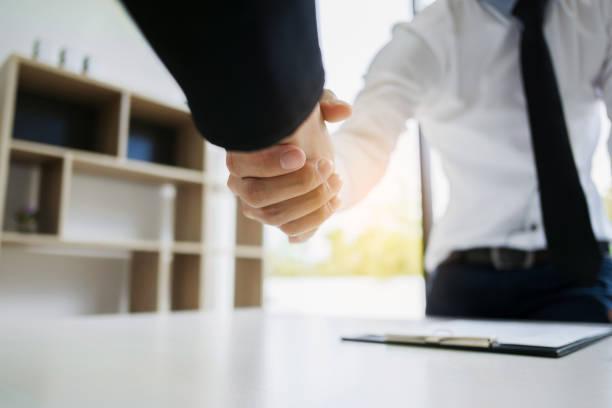 human resource recruiter handshaking with candidate - foto stock