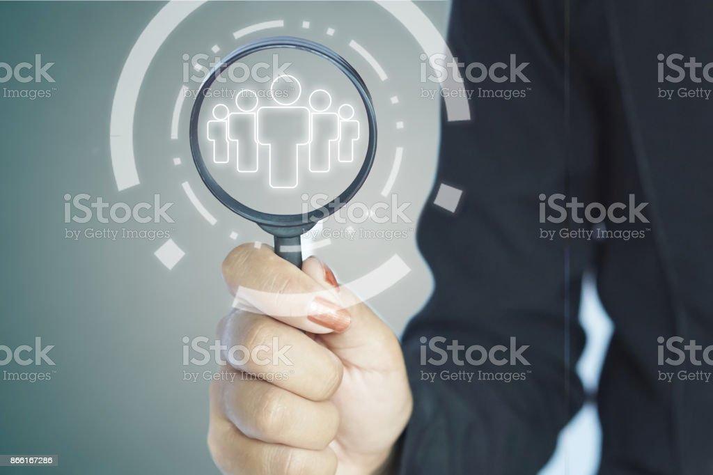 Personalverwaltung, Personalbeschaffung Konzept HR Manager mit Lupe in der hand die Wahl der richtigen Leute – Foto