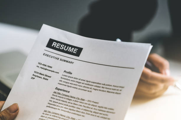 Personalabteilung Manager liest Lebenslauf Dokument eines Mitarbeiters Kandidat im Interviewraum. Bewerbung, Rekrutierung und Arbeitseinstellung. – Foto