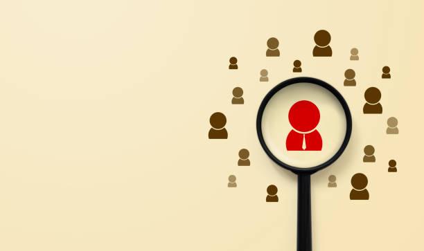 Concepto de gestión y contratación de recursos humanos. La lupa está buscando el icono humano - foto de stock