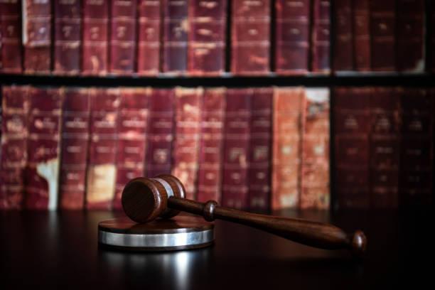 ley de derechos humanos en la época del coronavirus. juez diol martillo sobre fondo de mesa de madera. - civil rights fotografías e imágenes de stock