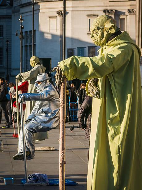 menschliche statuen leistung in trafalgar square, london - faschingskostüme star wars stock-fotos und bilder