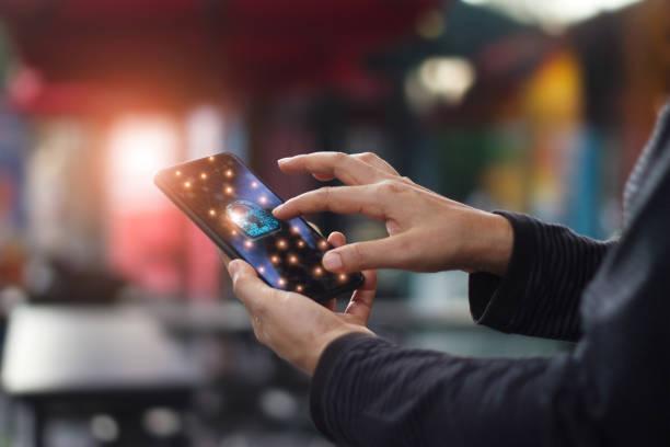 Menschlichen berührende Technologie global Networking-Informationssicherheit und Verschlüsselung mit wichtigen Schlosssymbol auf virtuellen Bildschirm Smartphone, Datenschutz und Cyber-Sicherheit-Netzwerk-Konzept. – Foto