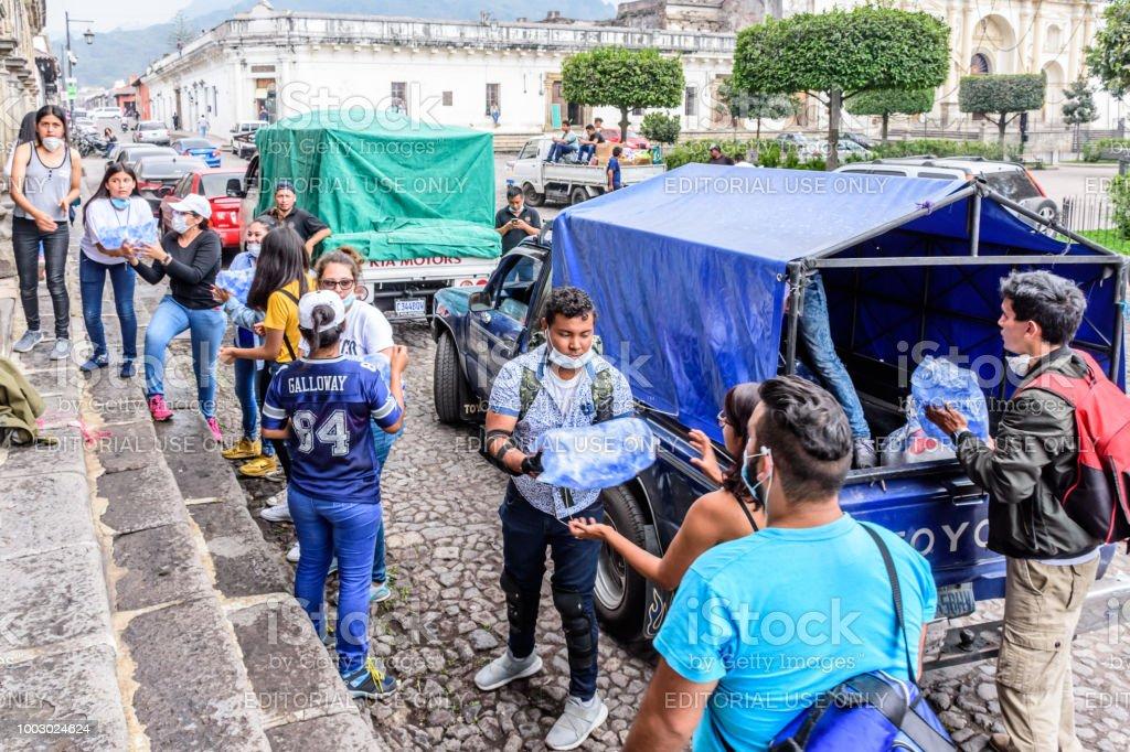 Ayuda humanitaria después de la erupción del volcán de Fuego, Antigua, Guatemala - foto de stock