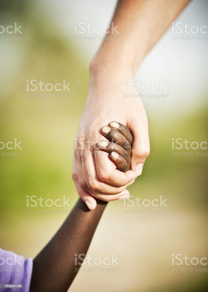 Ayuda humanitaria: Echar una mano a África - foto de stock