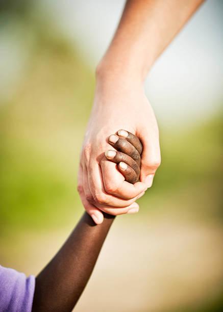 ajuda humanitária: empréstimo de uma mão para a áfrica - charity and relief work - fotografias e filmes do acervo