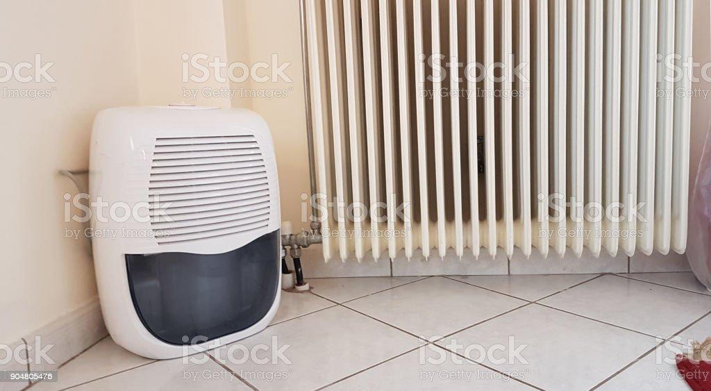 Luftbefeuchter Und Alte Heizung Im Zimmer Stockfoto und mehr ...