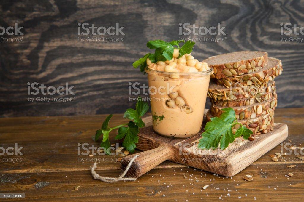 Hummus mit frischem Brot stock photo