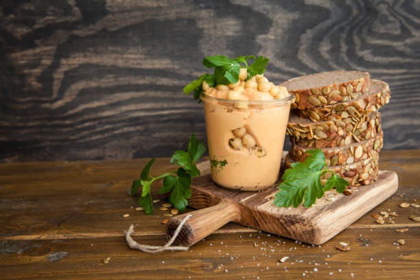 hummus mit frischem brot - pan multicereales fotografías e imágenes de stock