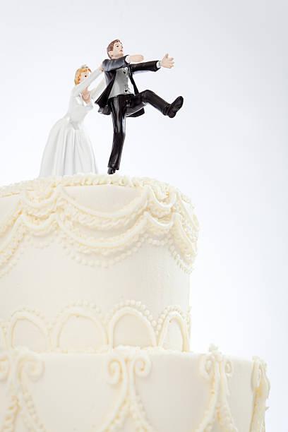 humorvolle braut verfolgen bräutigam hochzeitstorte figurinen auf weiß jacke - brautparty kuchen stock-fotos und bilder