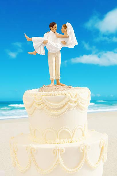humorvolle hochzeit cake topper auf weiß - tortenfiguren stock-fotos und bilder