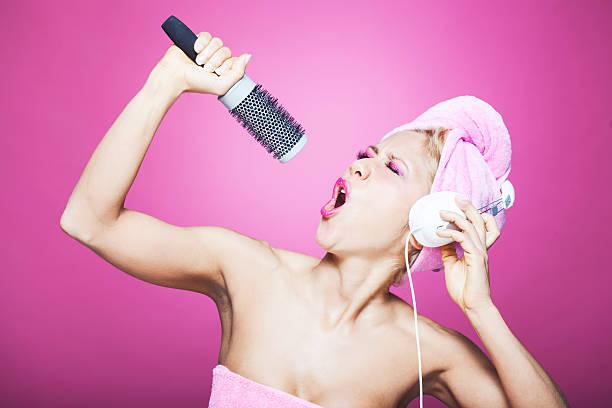 lustig singen im badezimmer mit einer haarbürste - feminine badezimmer stock-fotos und bilder