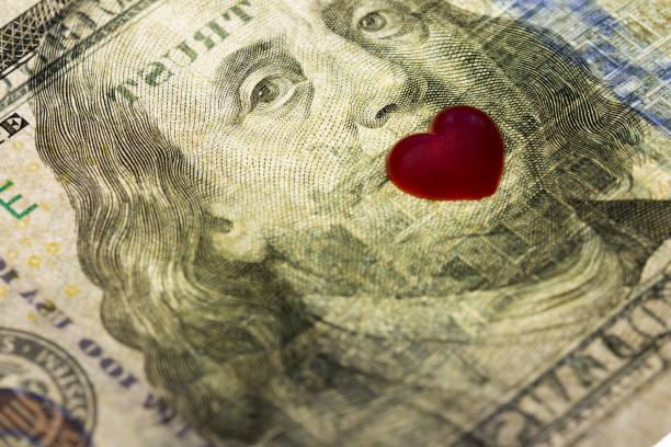 hundra dollarsedel i usa. ögon franklin mun stängda av hjärtan. concept ekonomisk kärlek och en gåva till alla hjärtans dag - dirty money bildbanksfoton och bilder