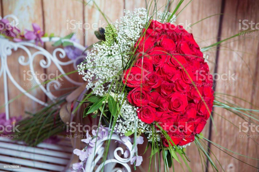 cien rosas rojas sobre un fondo prpura un ramo de ramo de flores de cien - Fotos De Rosas Rojas Grandes