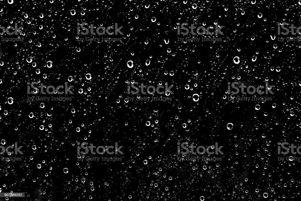 Cientos de lluvia blanca cae en una ventana de vidrio - foto de stock
