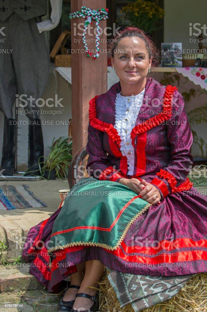 Hongroise de Banat, en costumes traditionnels, show au festival de folk - Photo