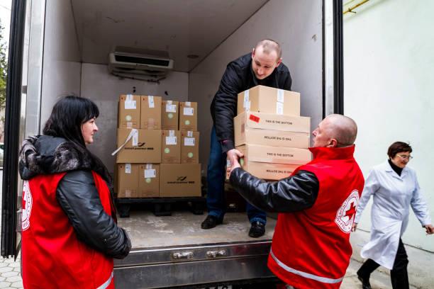 hungría donada vacunas contra el sarampión en la región de transcárpata de ucrania en el marco de la ayuda humanitaria - ayuda humanitaria fotografías e imágenes de stock
