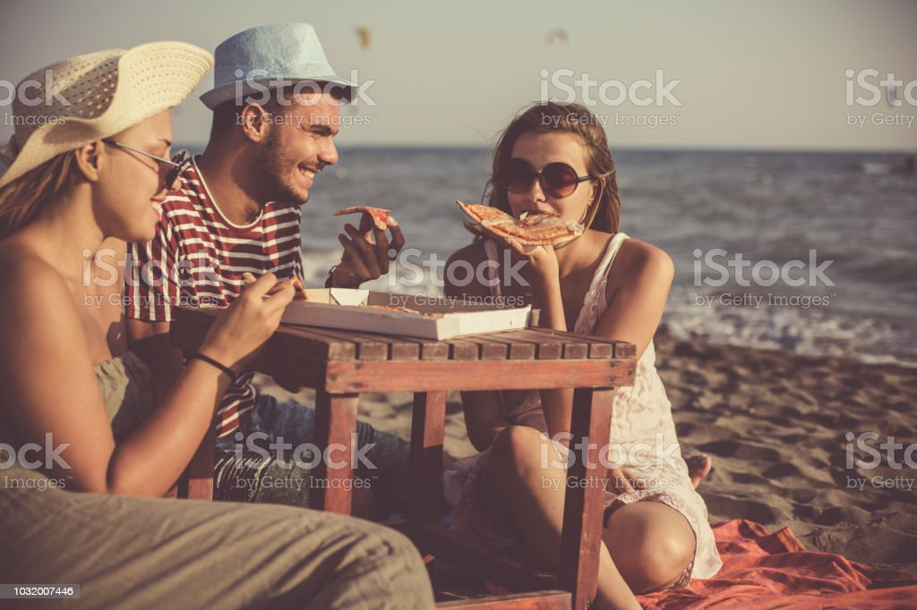 Hungrige Freunde genießen pizza – Foto