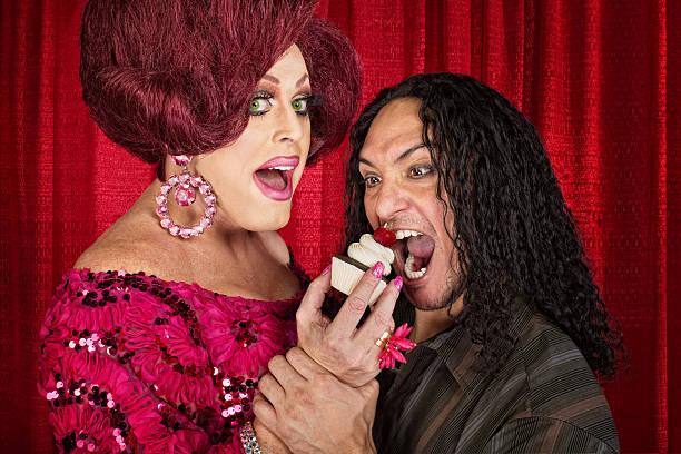 hunger mann und ziehen mit queen-size-bett - make up torte stock-fotos und bilder